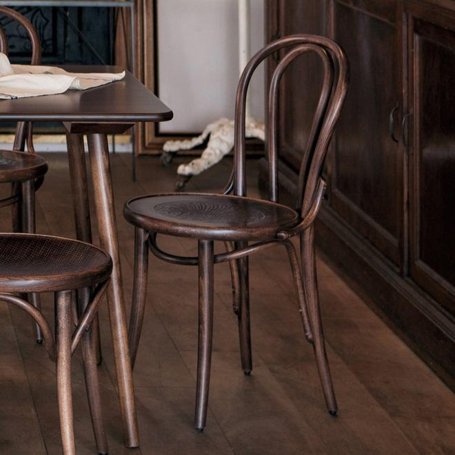 秋田木工のビンテージアームチェアが入荷しました。昭和30年代のデザインでしょう。フレームはブナの無垢材使用で、張り地は濃紺のファブリックに張り替え済みです。